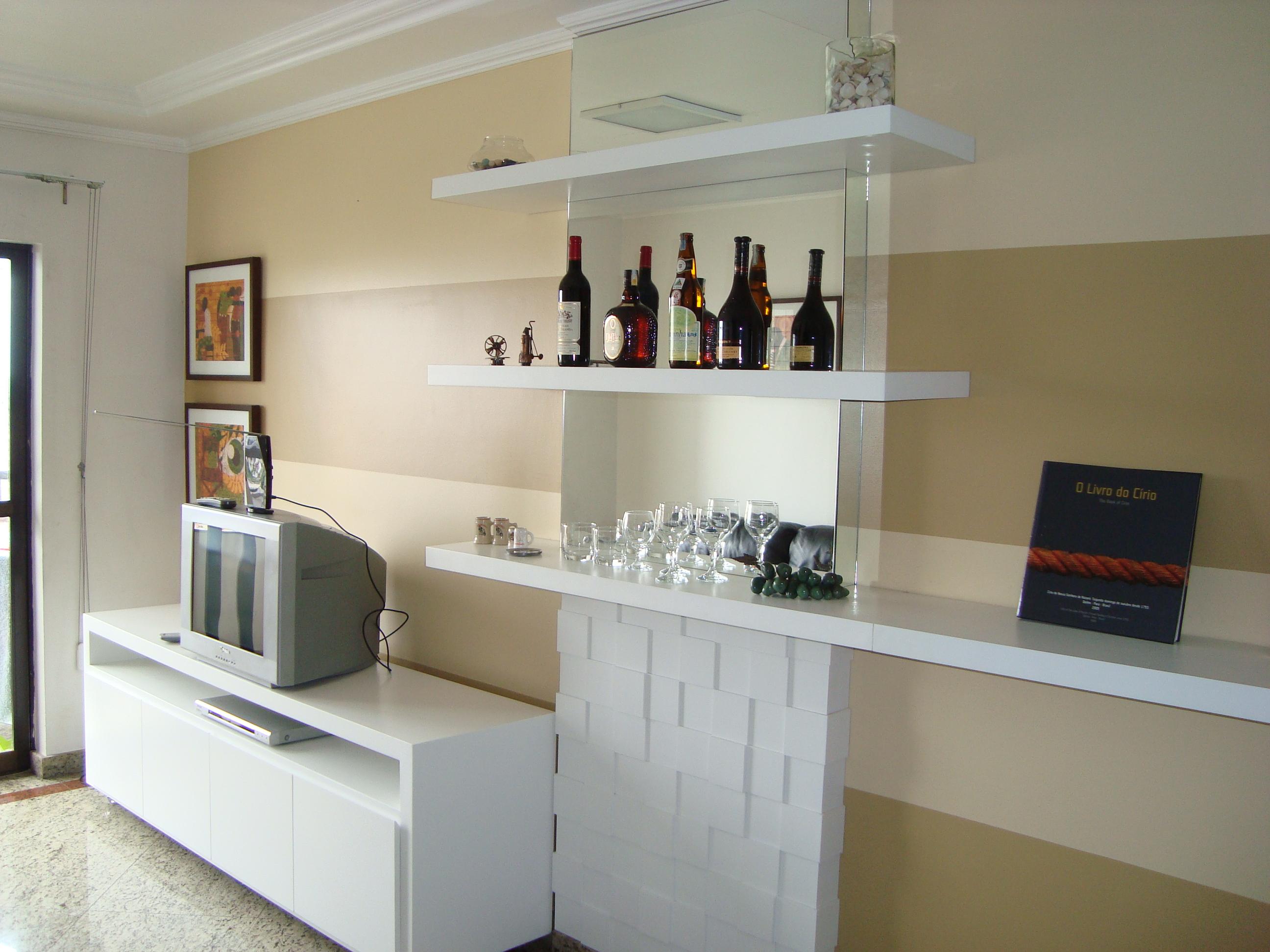 Sala De Estar Pequena Com Bar ~  painel de mosaico e tem a função de bar através das prateleiras